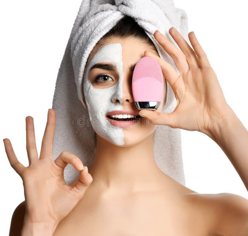 Dispositivo de limpiamiento de la mujer del control del rosa de la cara del exfoliator del silicón hermoso del cepillo para la mu fotos de archivo