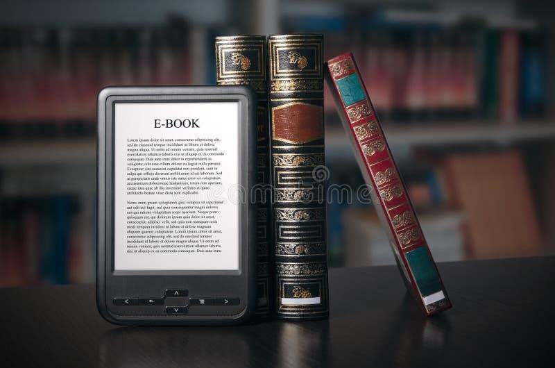 Dispositivo del lector de EBook en el escritorio en biblioteca imagenes de archivo