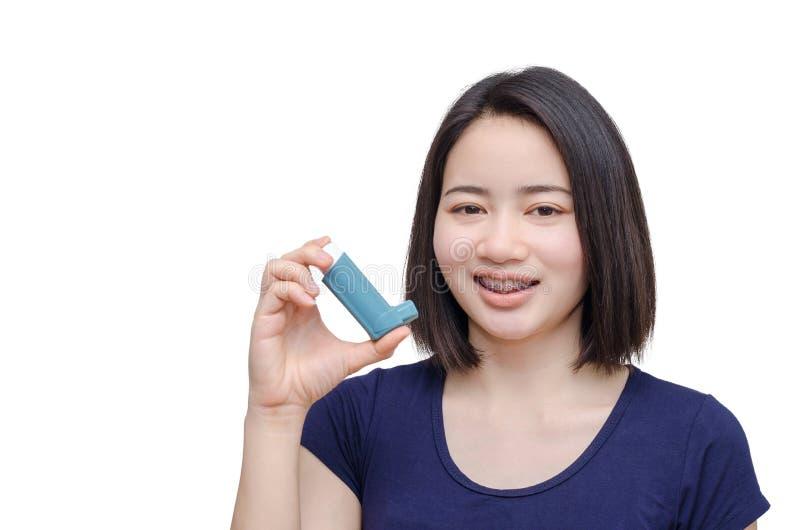 Dispositivo dell'inalatore della tenuta della giovane donna immagini stock
