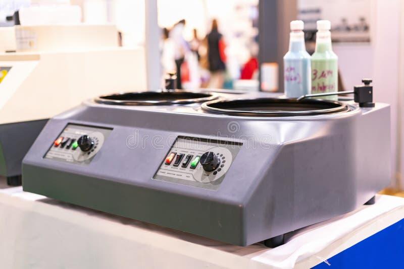 Dispositivo della levigatrice & della macinazione del laboratorio per gli esemplari della preparazione prima delle applicazioni d fotografia stock