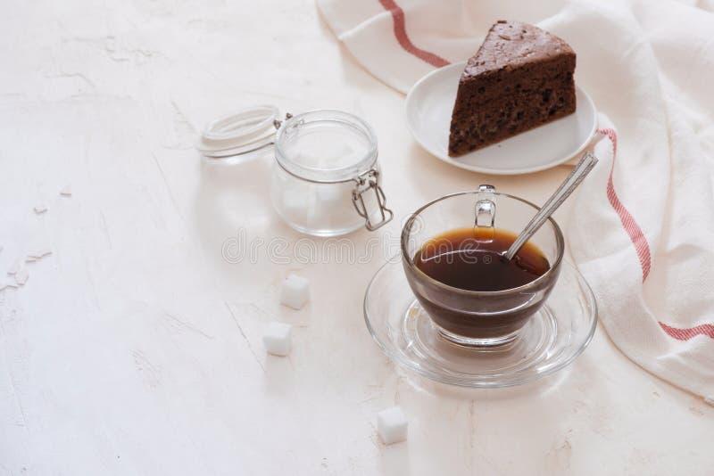 Dispositivo di gocciolamento del caffè americano e gocciolare caffè macinato con il vaso del gocciolamento, la tazza ed il dolce  immagine stock libera da diritti