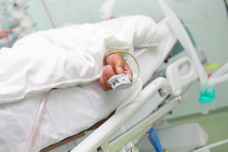 Dispositivo di misura di saturazione dell'ossigeno sul dito dei pazienti fotografie stock libere da diritti