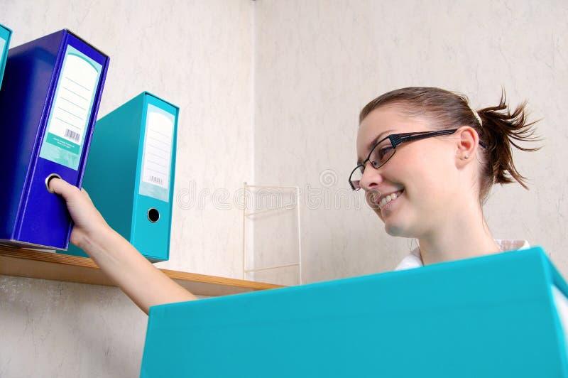 Dispositivo di piegatura della holding della donna fotografia stock