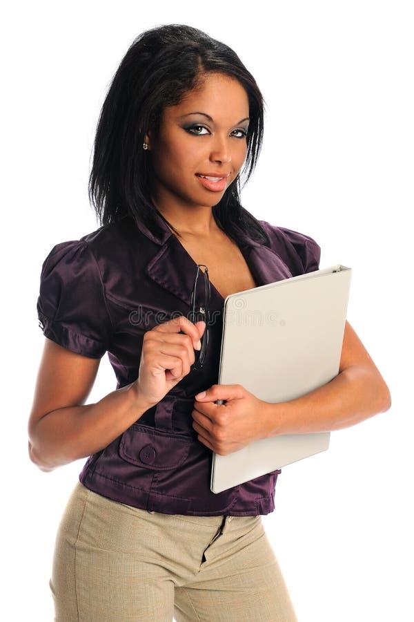 Dispositivo di piegatura della holding della donna di affari dell'afroamericano immagine stock