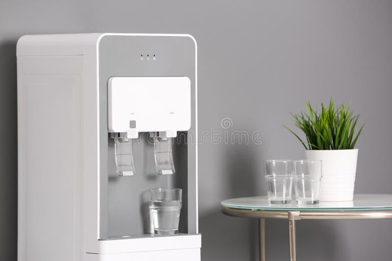 Dispositivo di raffreddamento di acqua moderno fotografia stock