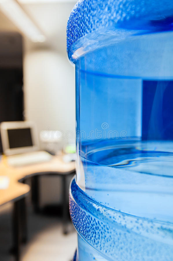 Dispositivo di raffreddamento di acqua in ufficio moderno fotografie stock libere da diritti