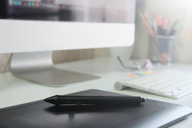 Dispositivo di schizzo della pentola del topo dello scrittorio di progettazione grafica sullo scrittorio creativo immagini stock