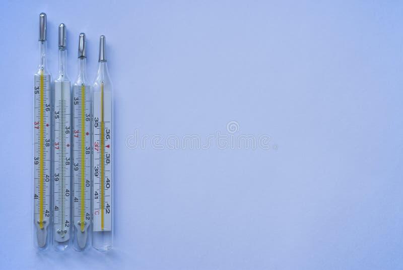 Dispositivo do termômetro para medir a temperatura corporal em caso da doença, isolado, espaço da cópia imagem de stock