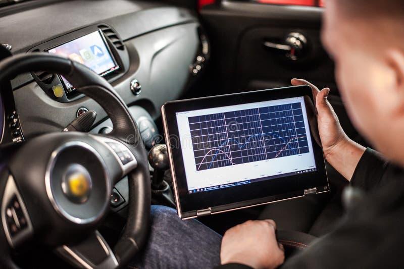 Dispositivo elétrico do diagnóstico no carro moderno fotografia de stock