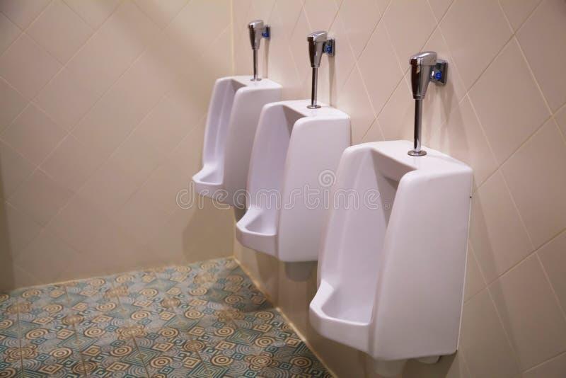 Dispositivo elétrico sanitário da embarcação dos mercadorias do mictório masculino branco limpo do lavabos ou verticalidade unida foto de stock royalty free