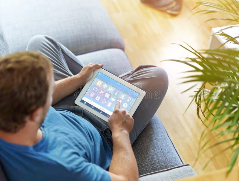 Dispositivo home esperto - controle home imagem de stock royalty free