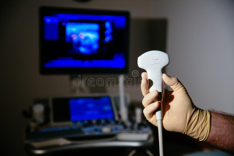 Dispositivo médico da investigação ultrassônica para diagnósticos na mão do doutor Equipamento do hospital imagens de stock