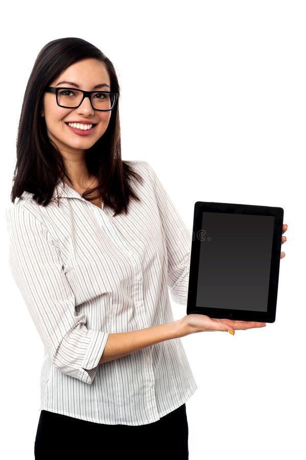 Dispositivo nuevamente puesto en marcha de la tableta en el mercado foto de archivo
