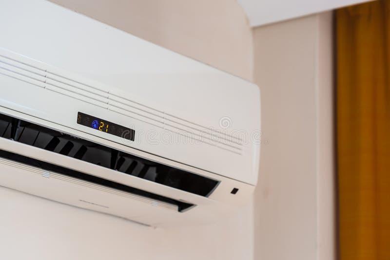 Dispositivo para condicionar com as aletas abertas do ar. imagem de stock
