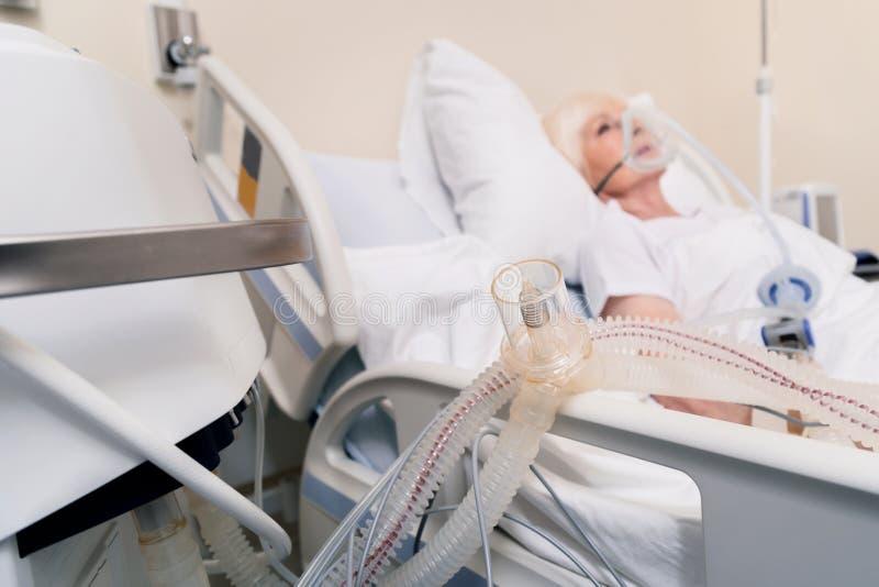 Dispositivo speciale che assiste signora anziana che respira fotografia stock libera da diritti