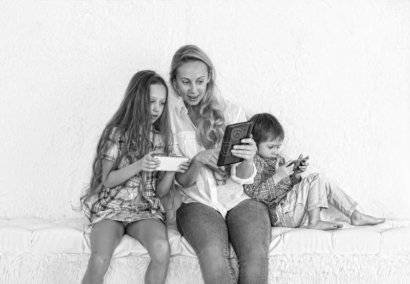 Dispositivo, tecnologia, lazer, menina, criança, pai, mãe, família foto de stock