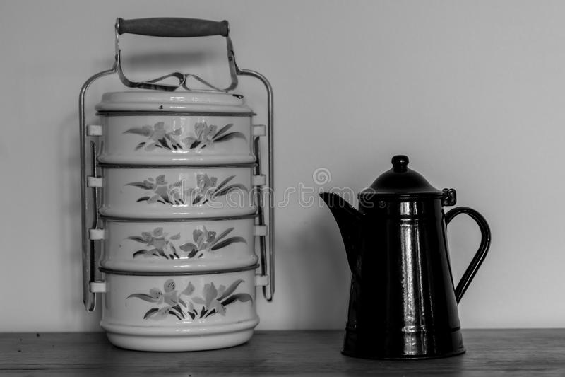 Dispositivo velho do transporte da chaleira e do alimento preto e branco fotos de stock