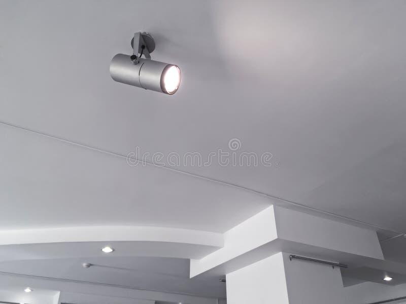 Dispositivos bondes claros de teto da exposição projetores brilhantes do halogênio sobre fotos de stock royalty free