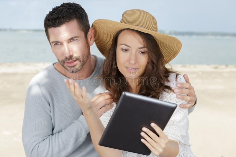 Dispositivos da tecnologia e conceito modernos do turismo fotos de stock royalty free