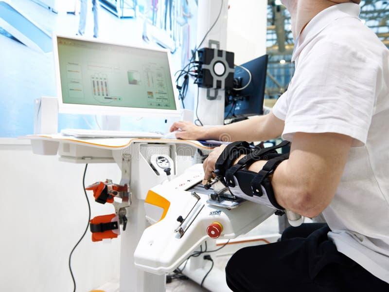 Dispositivos de la rehabilitación de la robótica para el uso con la mano imagen de archivo