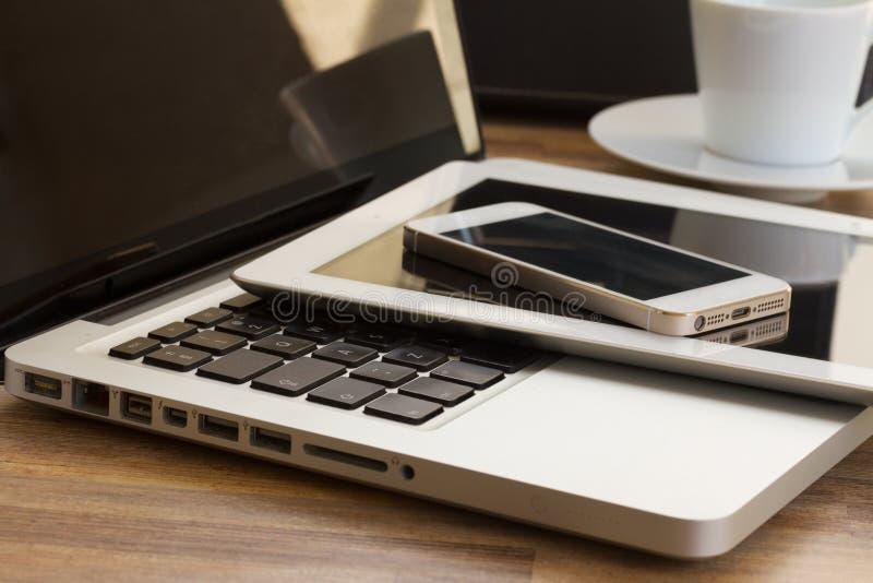 Dispositivos modernos do computador fotos de stock royalty free