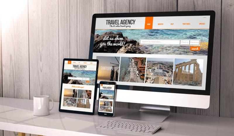 Dispositivos responsivos na agência de viagens do espaço de trabalho em linha imagens de stock royalty free