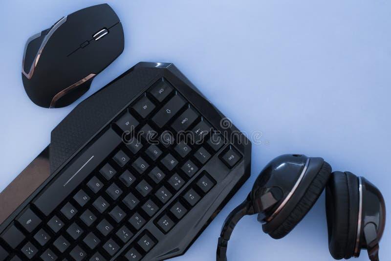 Dispositivos, vista superior Engrenagem do jogo Espaço de trabalho do Gamer foto de stock