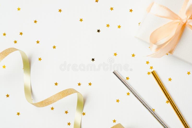 Disposizione creativa con gli accessori festivi sopra fondo bianco Concetto di celebrazione dell'addio al nubilato delle donne, d fotografia stock