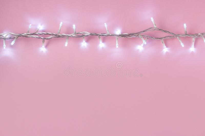 Disposizione creativa delle luci di Natale su fondo rosa immagine stock libera da diritti