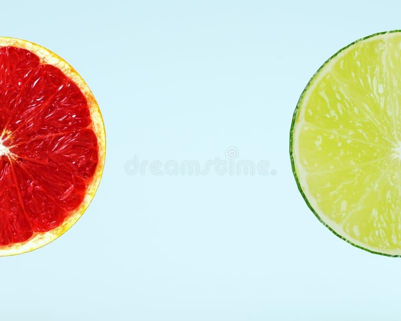 Disposizione creativa fatta della fetta del pompelmo e della fetta del limone sopra oltre fotografia stock libera da diritti