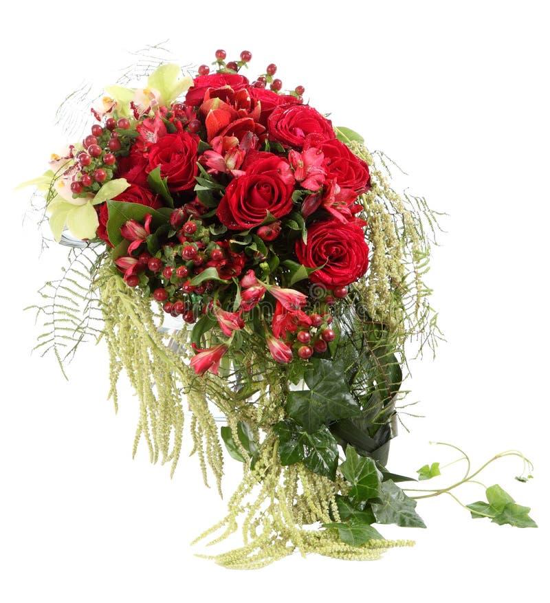 Disposizione dei fiori con le rose rosse e la H decorativa fotografia stock libera da diritti