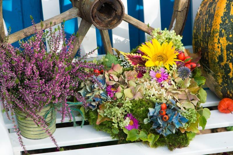 Disposizione dei fiori di autunno con i fiori dell'ortensia immagini stock