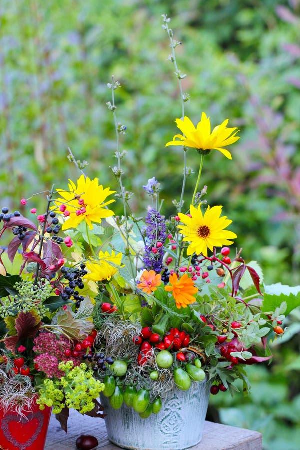 Disposizione dei fiori di autunno sulla tavola del giardino fotografia stock libera da diritti