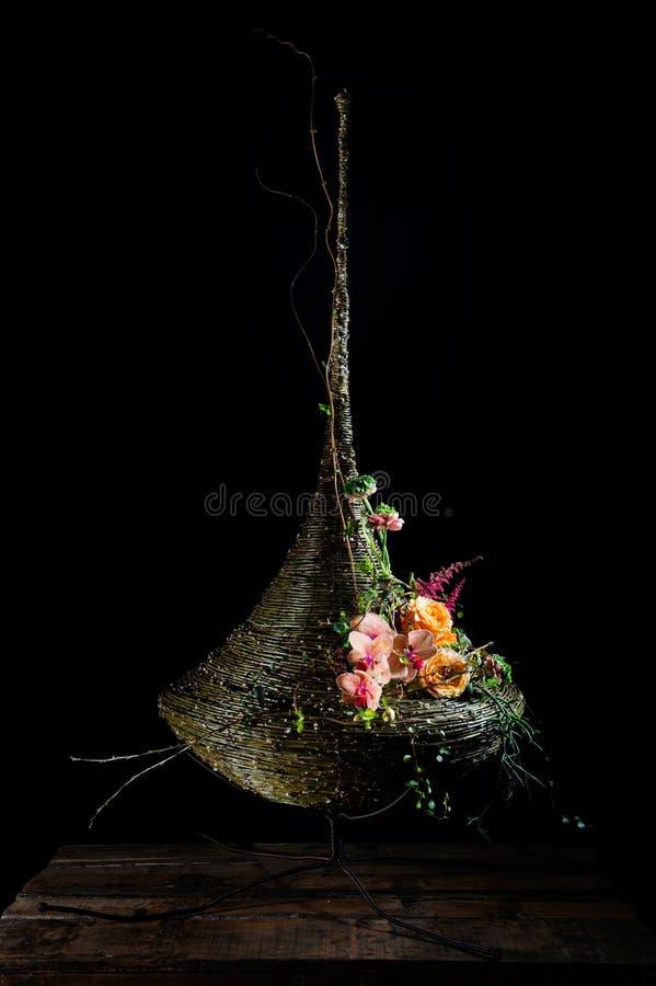 Disposizione dei fiori squisita con le rose, il fascio e le orchidee immagine stock libera da diritti