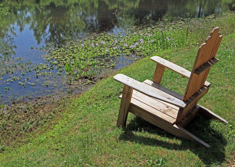 Disposizione dei posti a sedere dallo stagno fotografia stock libera da diritti
