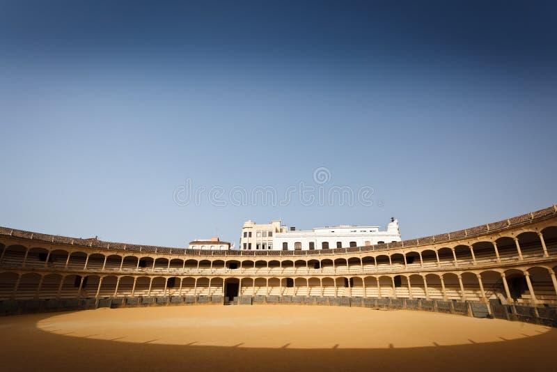 Disposizione dei posti a sedere e pavimento Sunlit dell'arena di lotta di toro fotografia stock libera da diritti