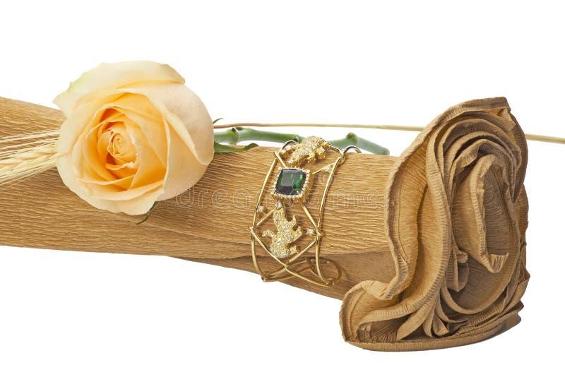 Disposizione del fiore con la pietra preziosa immagine stock
