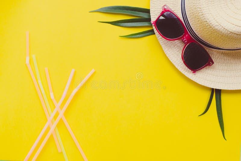 Disposizione del piano di concetto di vacanze estive Vista superiore del cappello della donna Spazio per testo Corsa fotografie stock libere da diritti