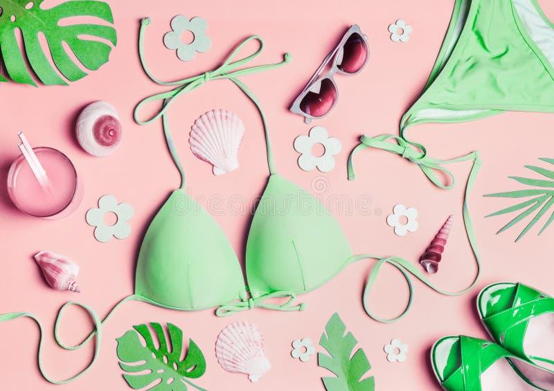 Disposizione del piano di estate Accessori della spiaggia della donna verde: bikini del costume da bagno, sandali, bevanda, occhi immagini stock libere da diritti
