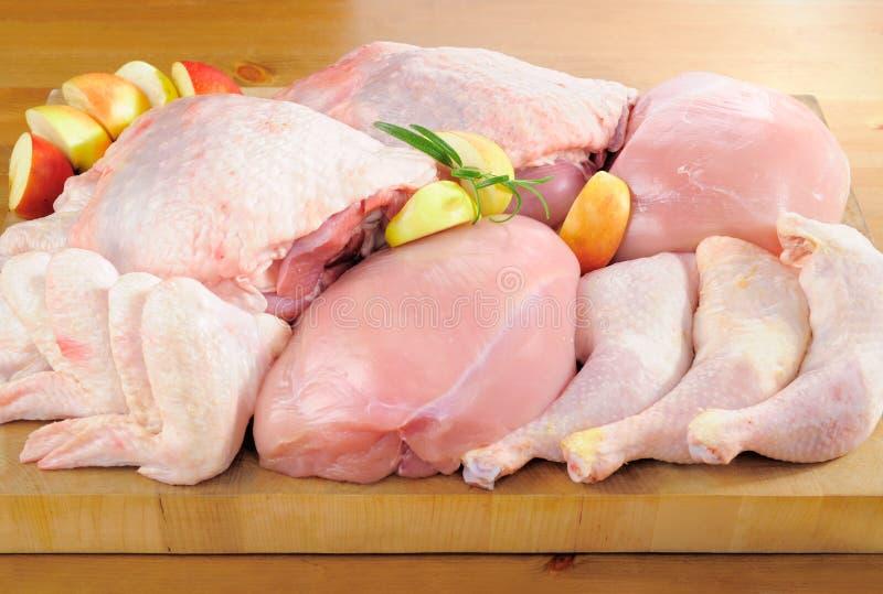 Disposizione del pollame sul bordo della cucina immagini stock libere da diritti
