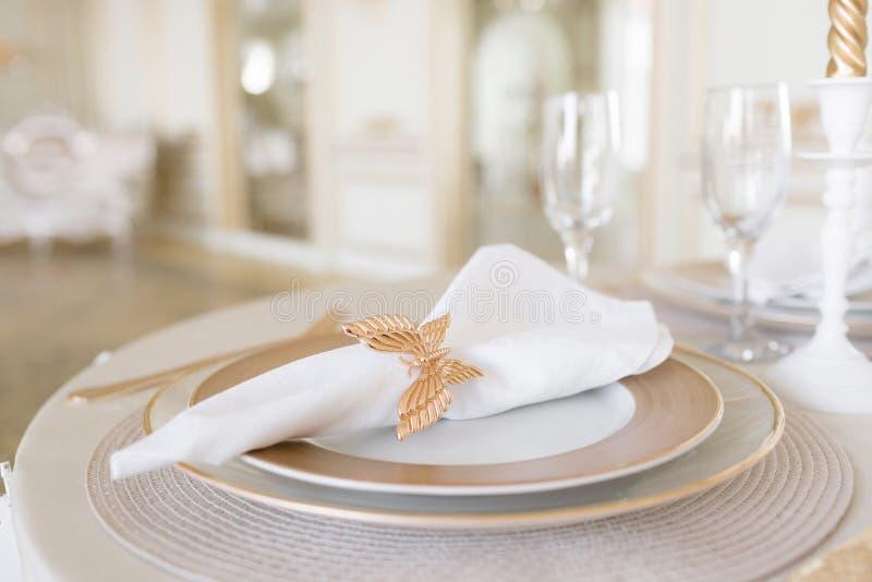 Disposizione del primo piano della tavola festiva tavola e sedie decorate per una cena festiva Decorazione di lusso con luce del  fotografia stock libera da diritti