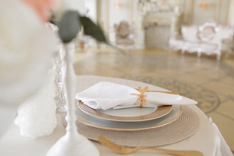 Disposizione del primo piano della tavola festiva tavola e sedie decorate per una cena festiva Decorazione di lusso con luce del  immagine stock