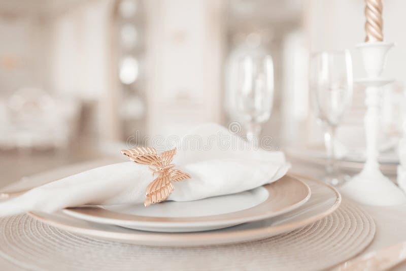 Disposizione del primo piano della tavola festiva tavola e sedie decorate per una cena festiva Decorazione di lusso con luce del  immagine stock libera da diritti