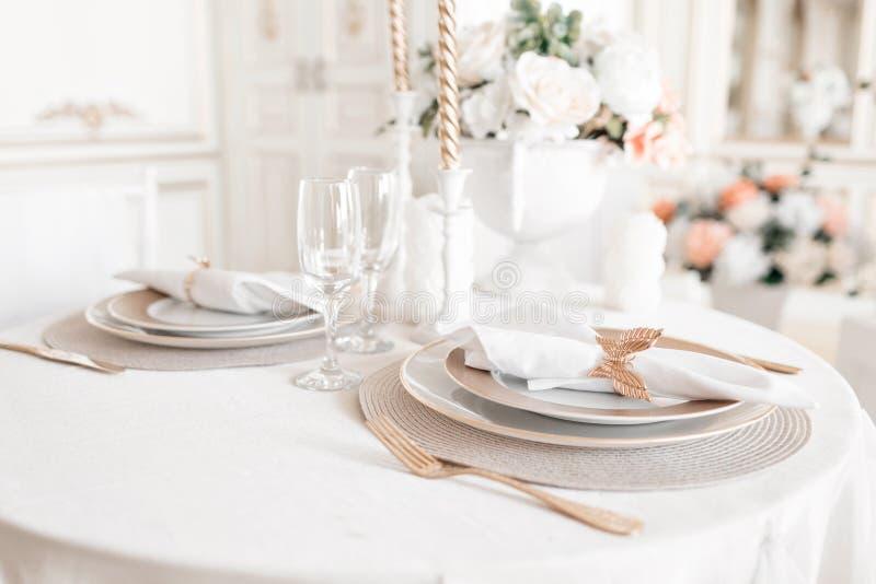 Disposizione del primo piano della tavola festiva tavola e sedie decorate per una cena festiva Decorazione di lusso con luce del  fotografie stock libere da diritti