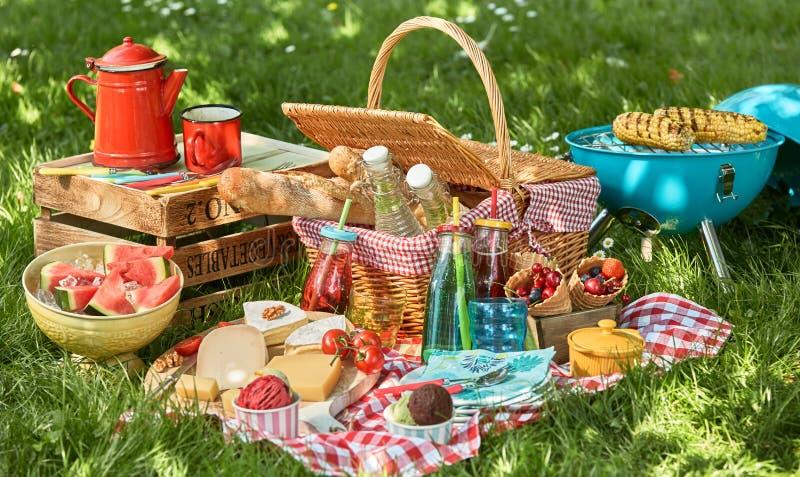 Disposizione deliziosa di picnic di estate immagini stock