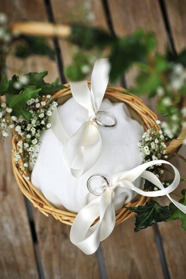 Disposizione dell'anello di cerimonia nuziale fotografia stock