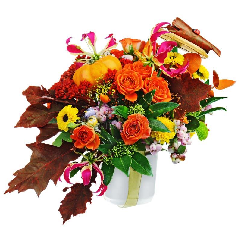 Disposizione di autunno dei fiori, degli ortaggi e dei frutti isolati sopra fotografia stock