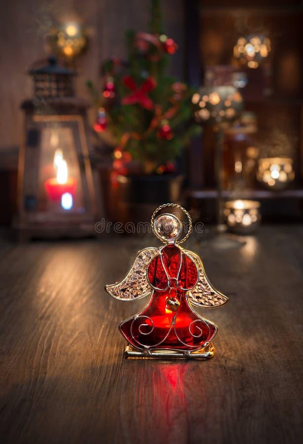 Disposizione di Natale con le candele e l'angelo di vetro fotografia stock libera da diritti