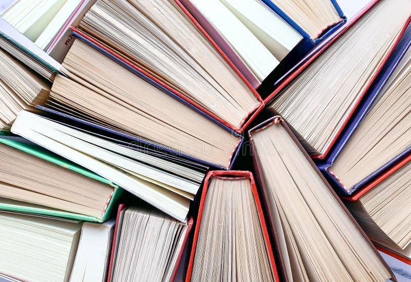 Disposizione disordinata, la vista superiore della struttura ed i precedenti di molti vecchi libri dalla copertina rigida fotografie stock