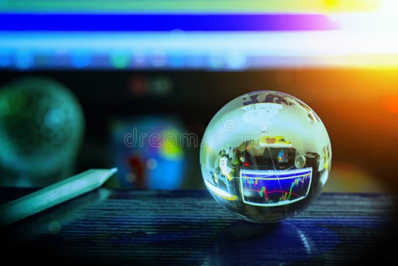 Disposizione e della matita di cristallo del globo del mondo sui dati di riserva dei grafici sul fondo di schermo di computer Aff immagine stock libera da diritti